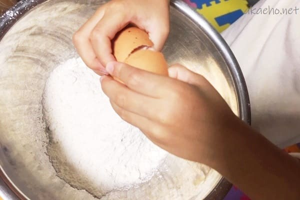ホットケーキ作り-卵